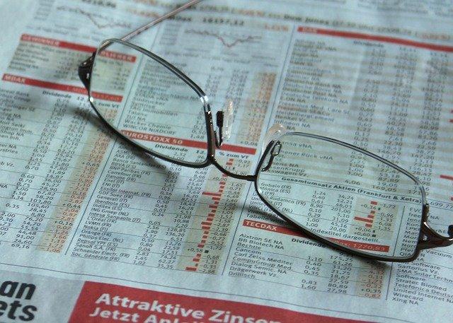 noviny s brýlemi