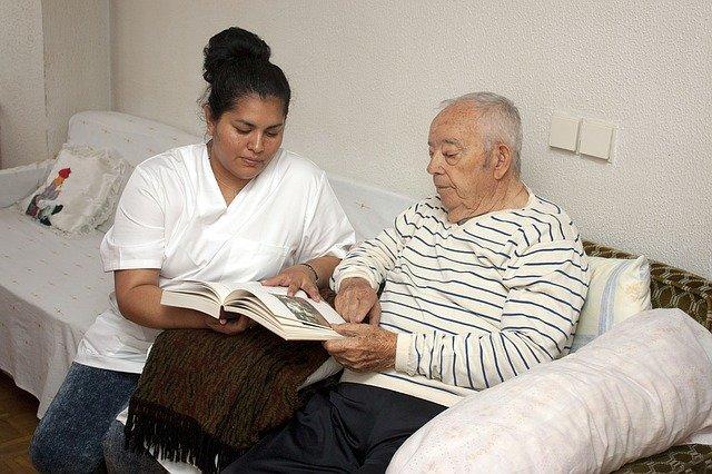 ošetřovatelka se seniorem