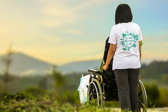 ošetřovatelka s vozíkem