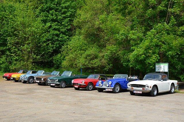 staré vozy na parkovišti