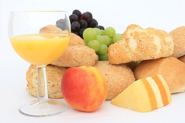 pečivo, sýr, džus, ovoce