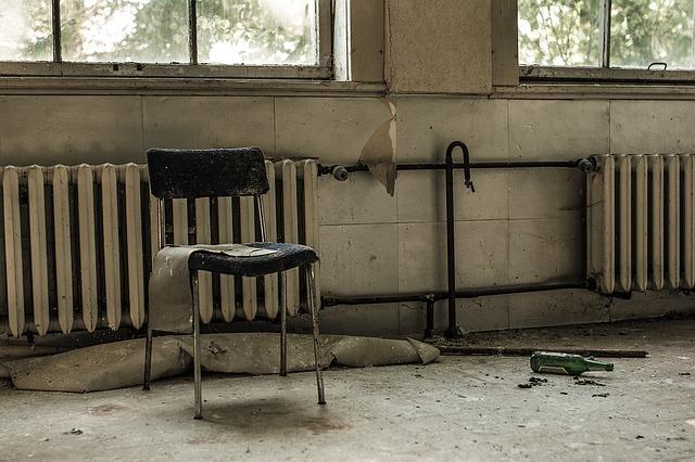 židle u radiátoru