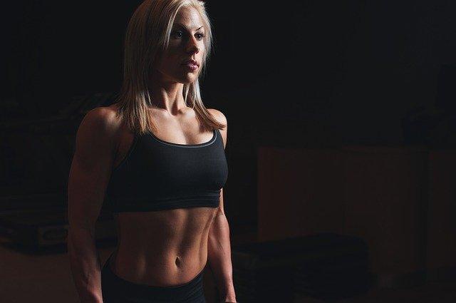 dívka ve sportovním