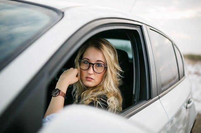 blondýna v autě