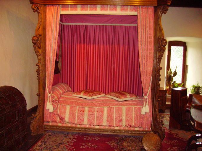 postel s nebesy ve starorůžové barvě