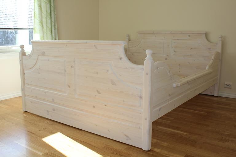 dřevěná přírodní postel