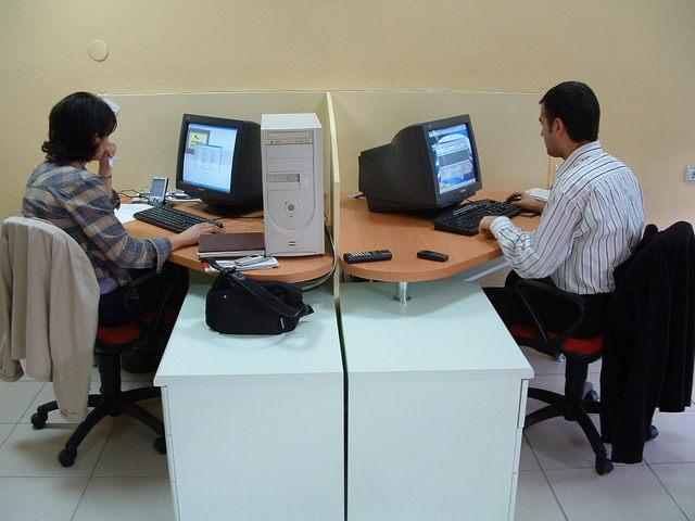 muž i žena pracují na počítači v kanceláři