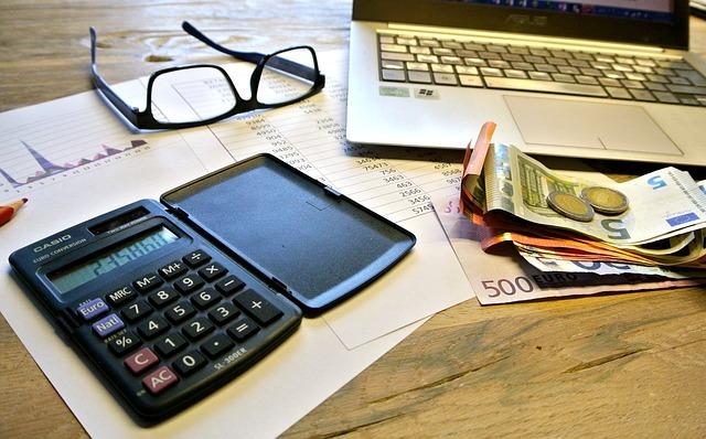 kalkulačka, papíry, brýle, peníze, počítač….