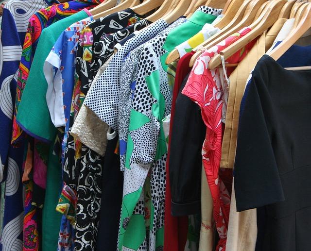 šaty na dřevěných ramínkách