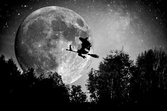 letící čarodějnice na koštěti
