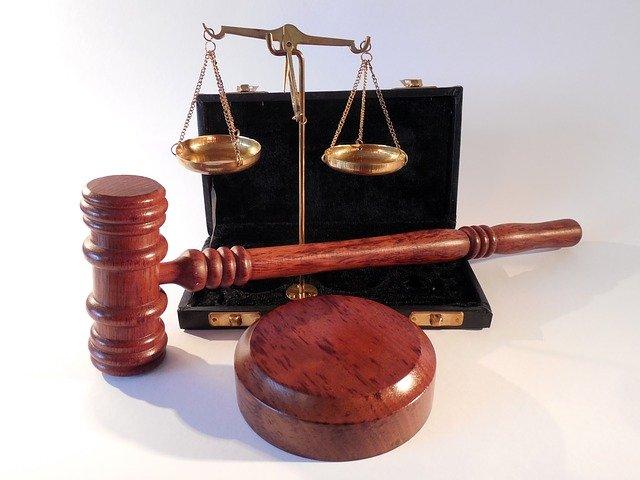soudcovské kladívko a váhy