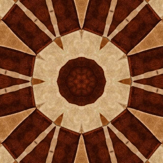 koberec s geometrickým vzorem